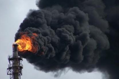 el denominado Fosforito o antorcha de Destilería YPF en Ensenada emitiendo gases nocivos
